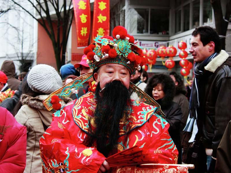 Дед Мороз в Китае: Шань Дань Лаожен носит красный халат и сложный головной убор